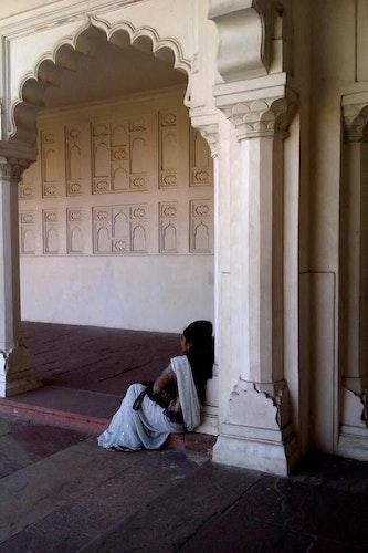 Print Kvinna under pelare