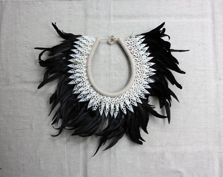 halsband med fjädrar