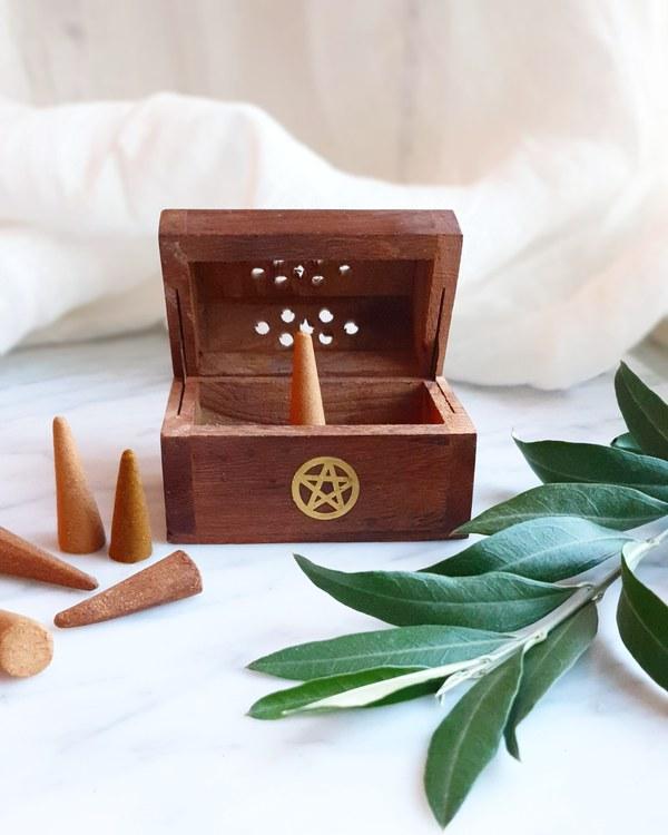 Kit med rökelsehållare i trä & rökelsekoner