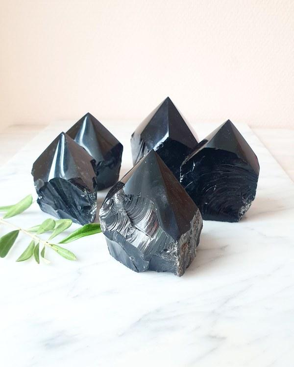 Svart obsidian, semipolerat torn