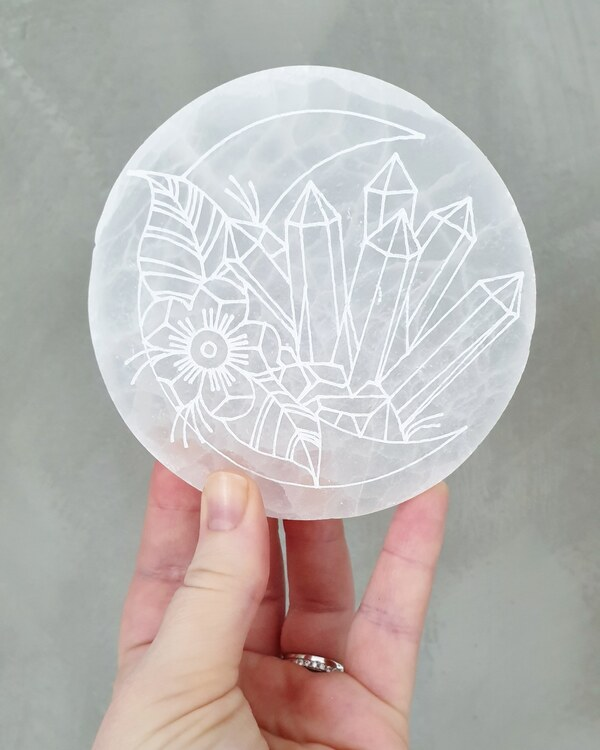 Selenitplatta, ca 10.5cm med gravyr måne & kristaller