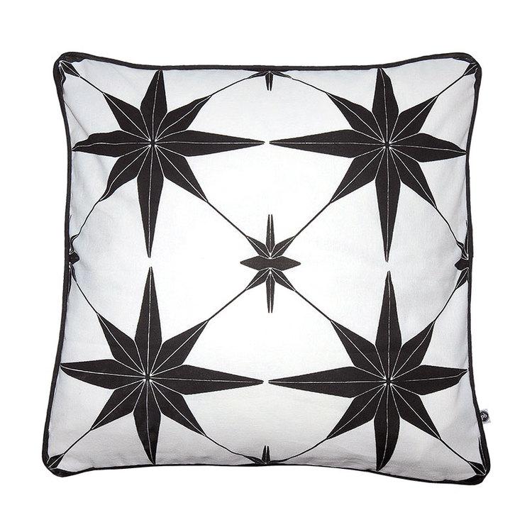 Kuddfodral Stars svart vit mönstrad med passpoal kant 100% bomull