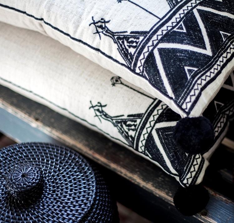 Kudde Zina med brodyr och tofsar 100% bomull