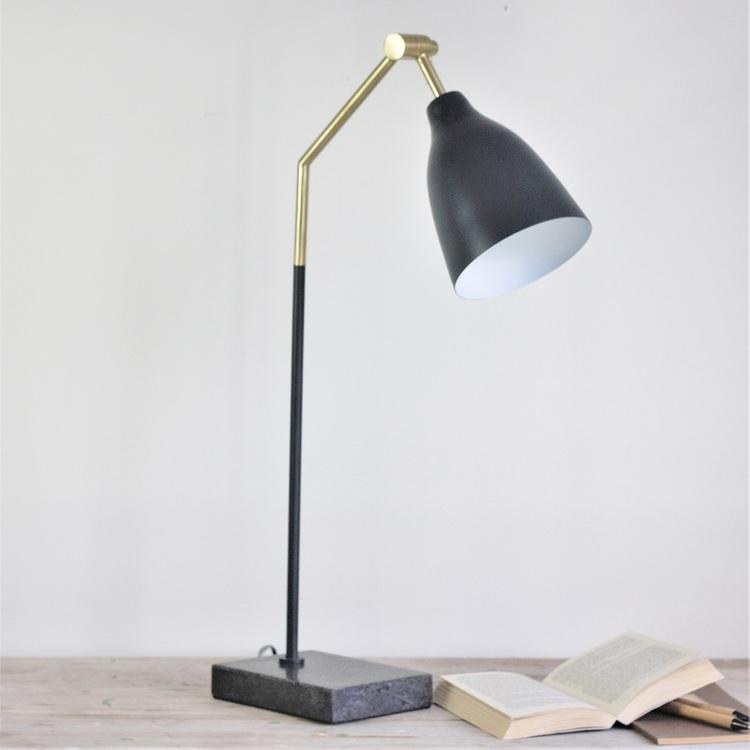 Bordslampa Gordon i svart och detaljer i mässing och med marmorfot