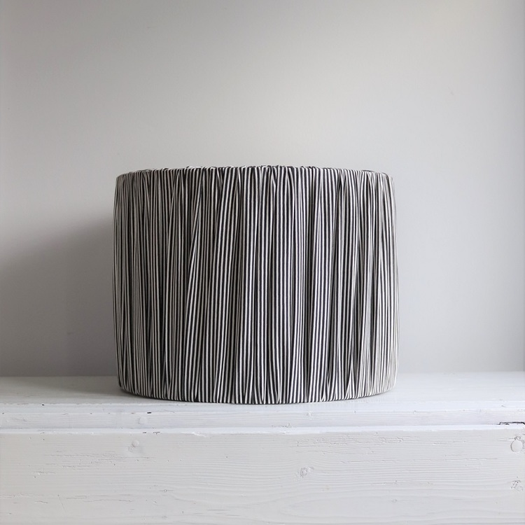 Lampskärm randig i svart och vitt