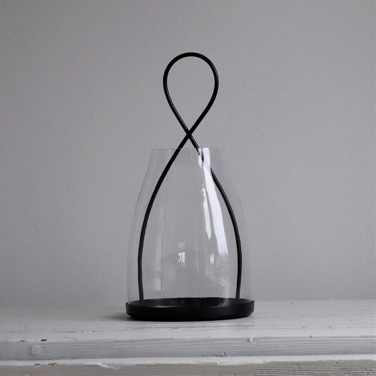Ljuslykta Bernardh i svart metall och glas