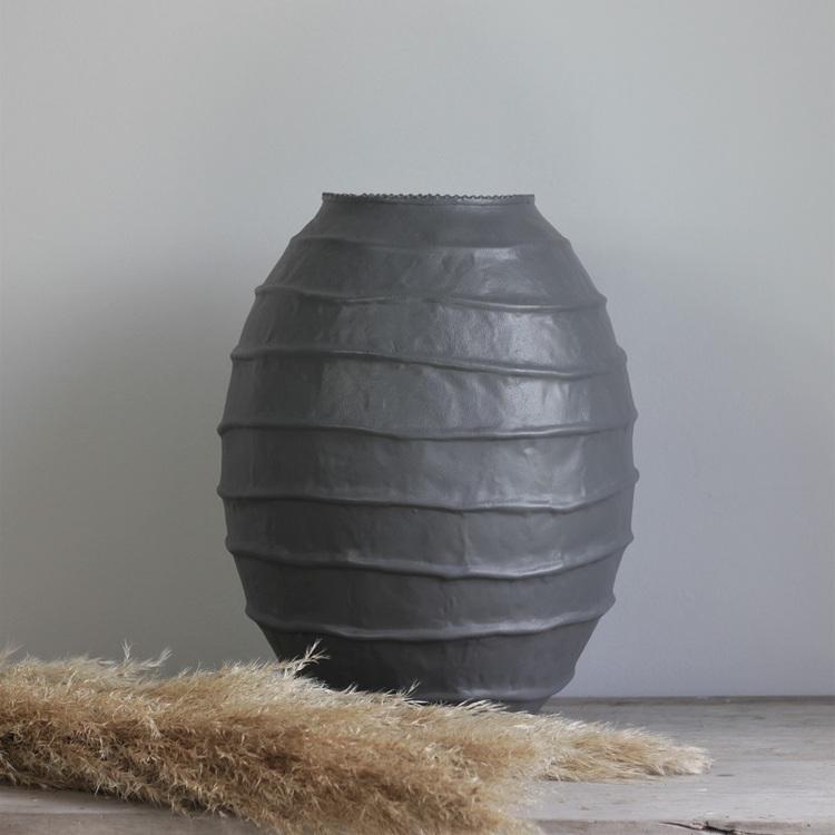 Vas Clay i grålackad metall och dekorativ textur