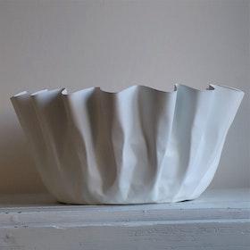 Skål Shell i vit metall och veckade kanter