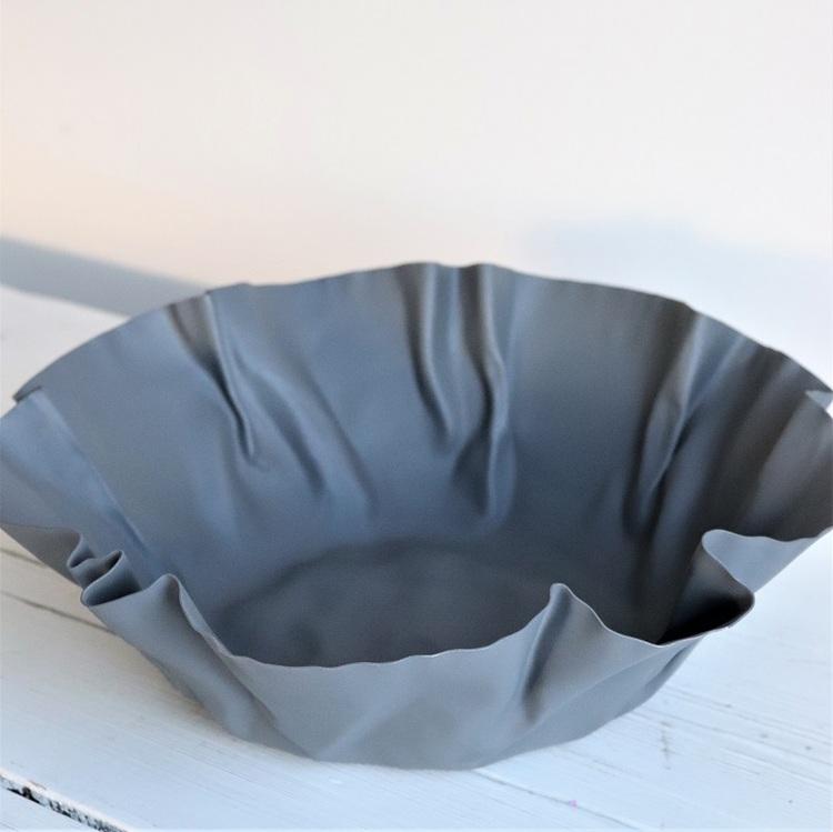 Skål Crumb i grå metall och veckade kanter