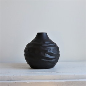 Vas Miltz S i svart metall och oregelbunden form