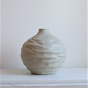 Vas Miltz L i beige metall och oregelbunden form