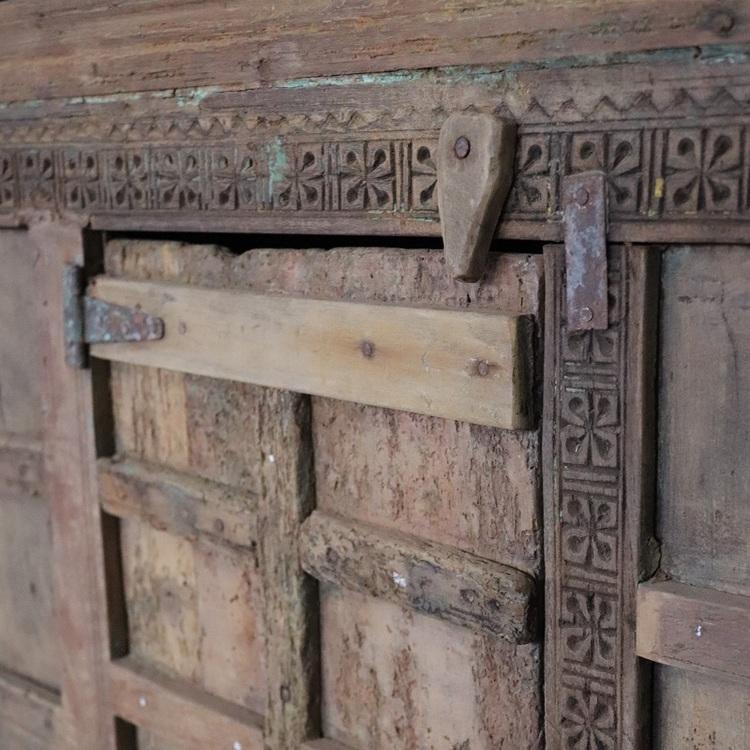 Indiskt skåp i trä med vackra utsmyckningar, vintage