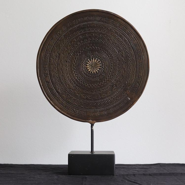 Rund mässings dekoration på stativ 28 cm