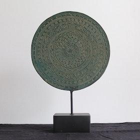Rund mässings dekoration på stativ 25 cm