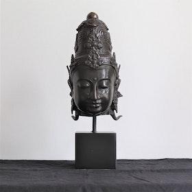 Mässings figur Dewi på stativ, svart