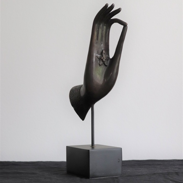 Mässings figur hand på stativ, svart