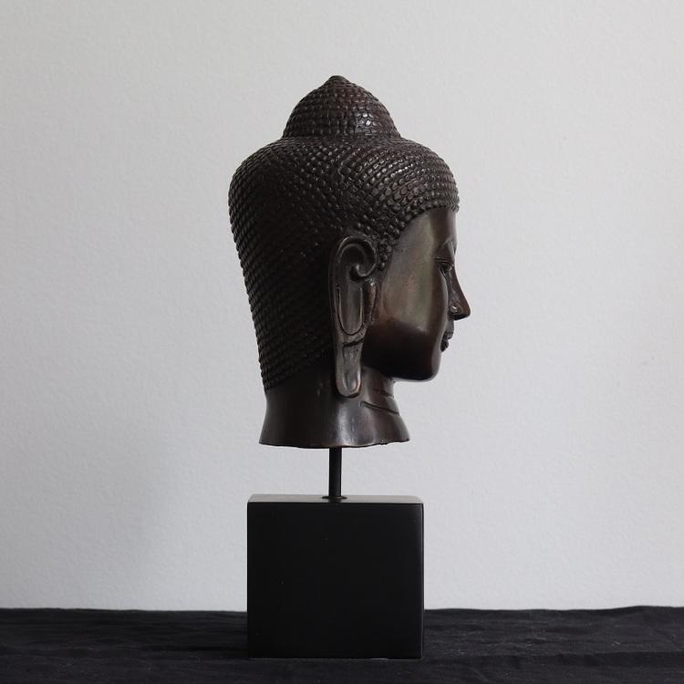 Mässings figur Buddha på stativ, svart
