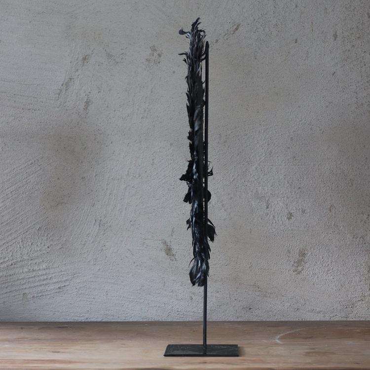 Dekoration Deja av svarta fjädrar på stativ
