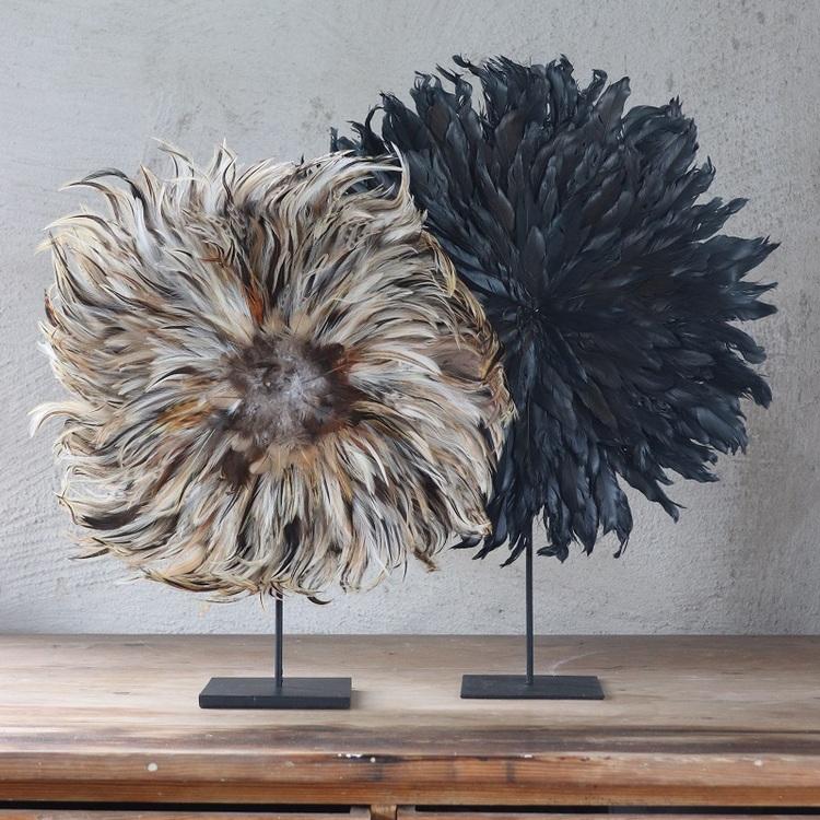 Dekoration Saffron av bruna och beiga fjädrar på stativ
