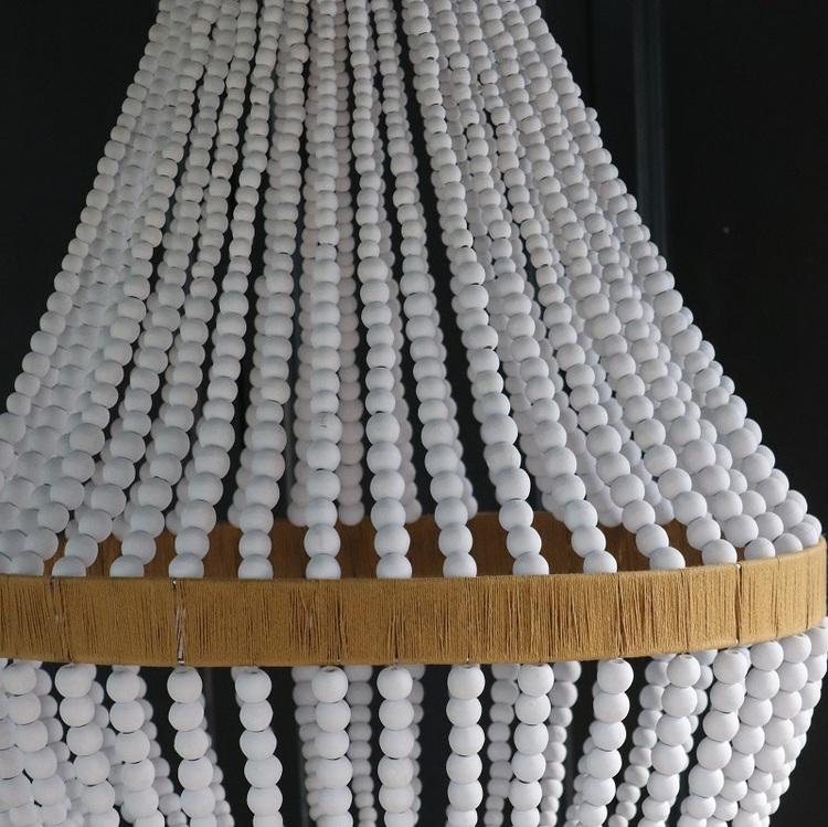 Takkrona av träpärlor, vit