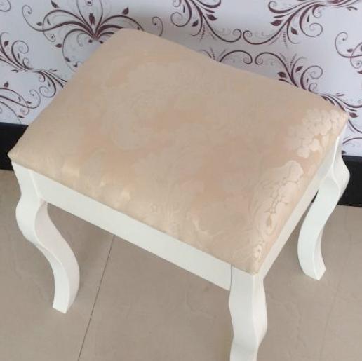Vackert sminkbord med pall