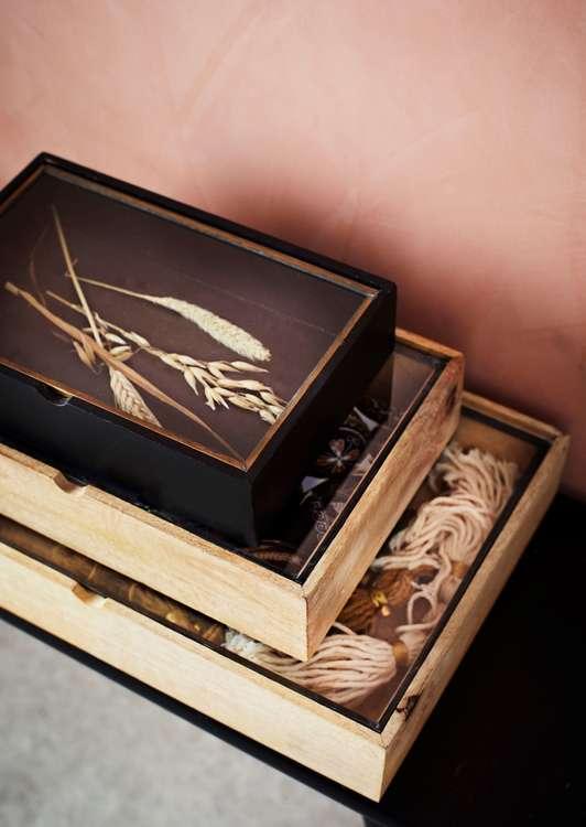 Svart träbox med glaslock