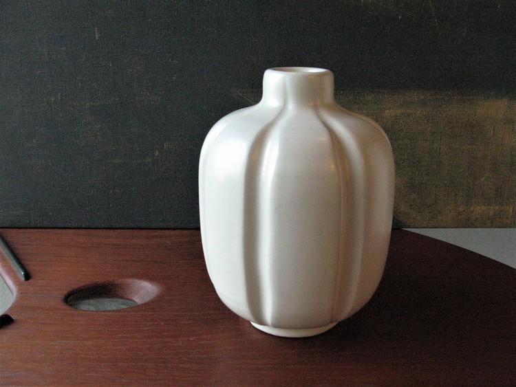 VL white vase 415