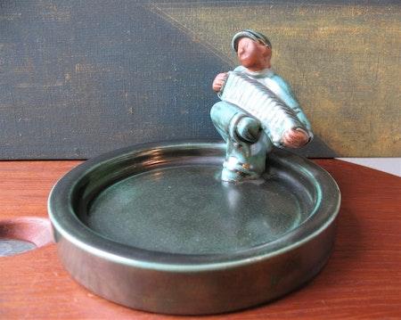 Accordion man in green bowl 3118