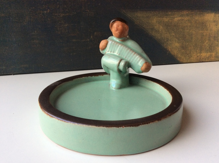Green/brown ashtray 14 with accordion man