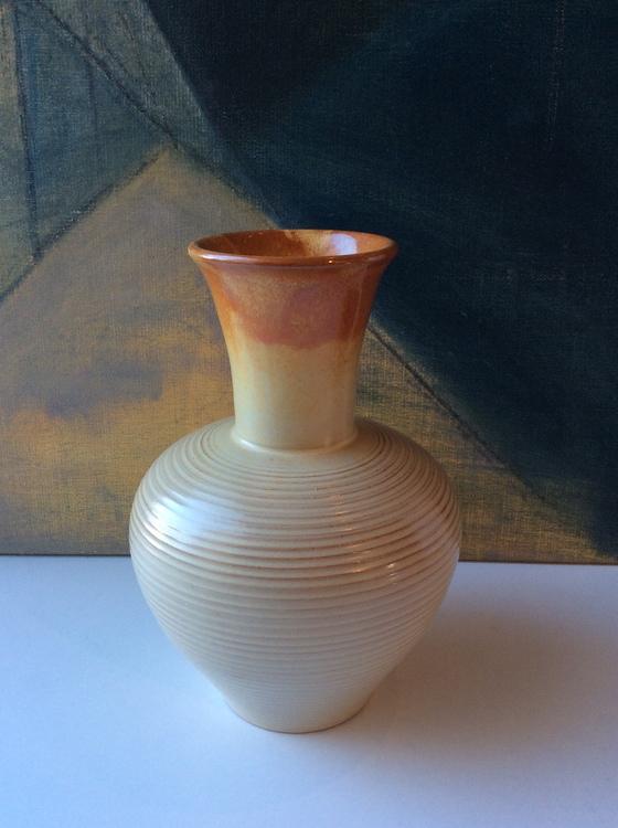 Beige/orange vase K1