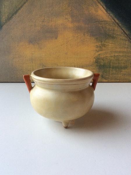Yellowish planting pot 1