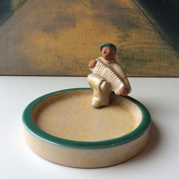Accordion man in yellowish bowl