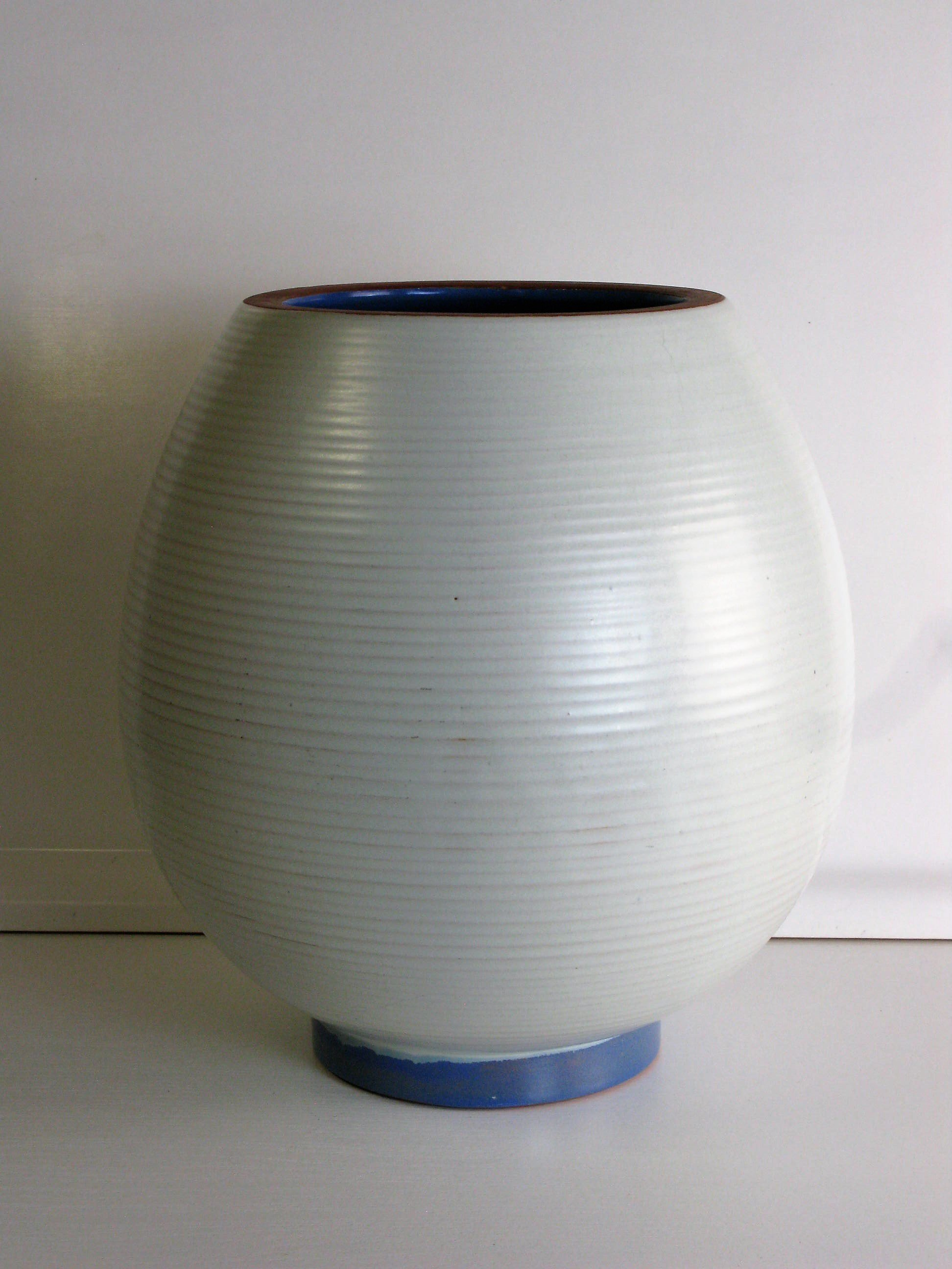 White urn 3345 with blue details