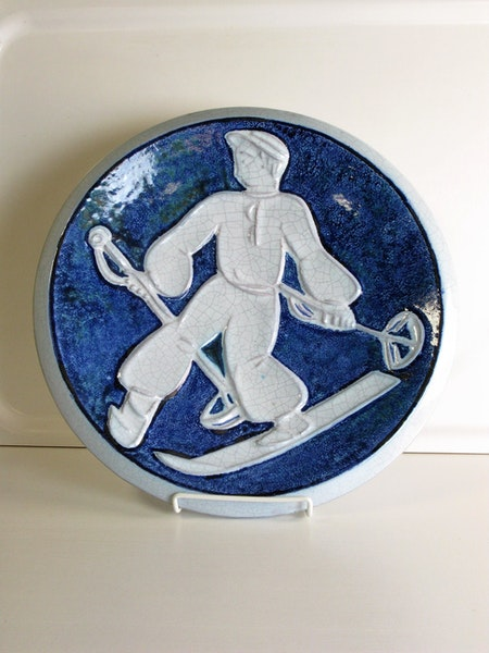 Wall plate 8 with skier
