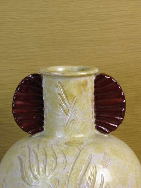 beige and maroon vase 79