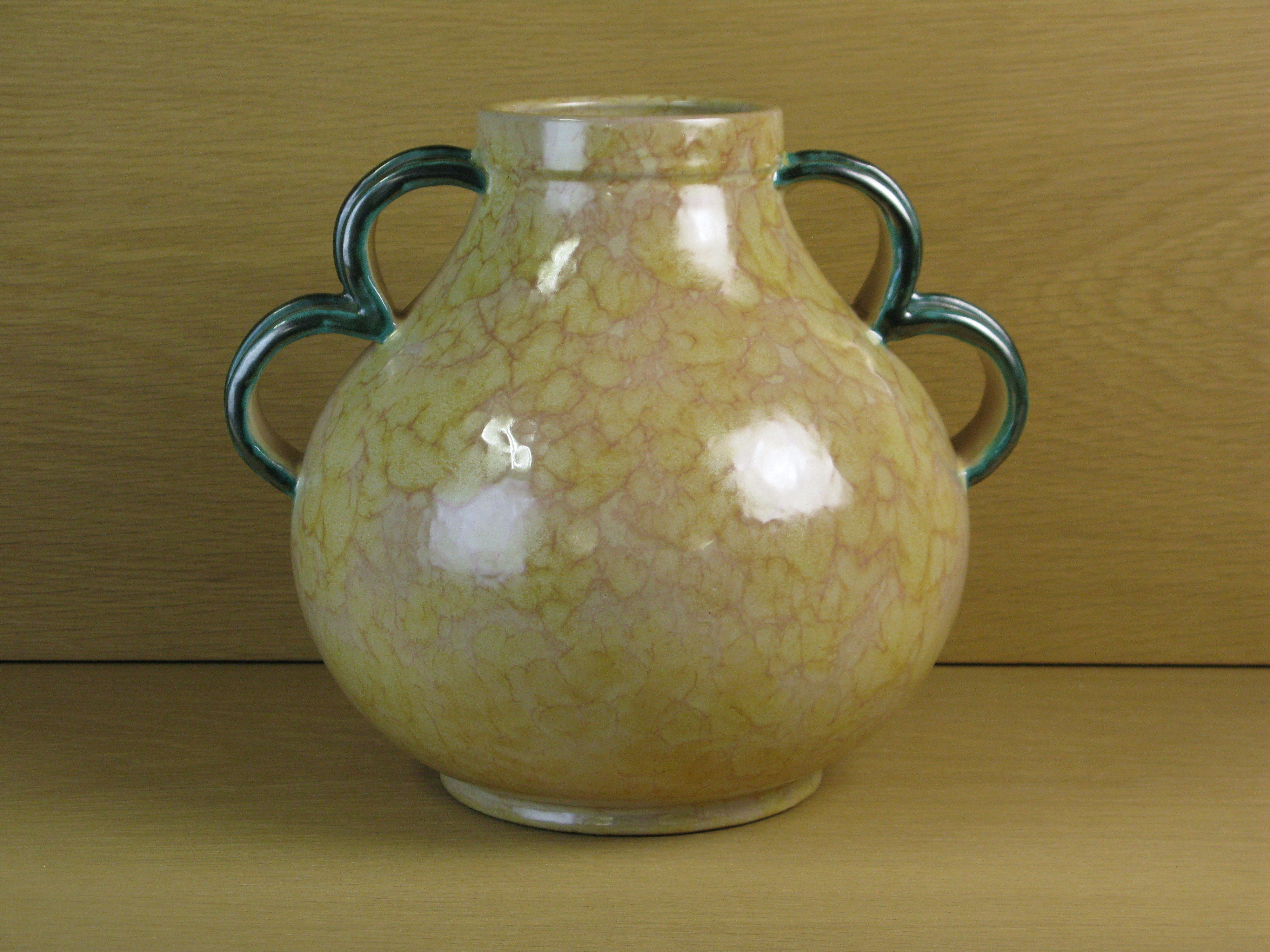 large yellowish vase / green handles 3328