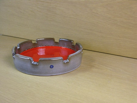 grey/red ashtray 1013m