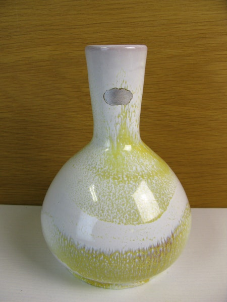 white/yellowish vase 370