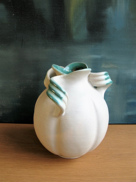 white/green vase alt