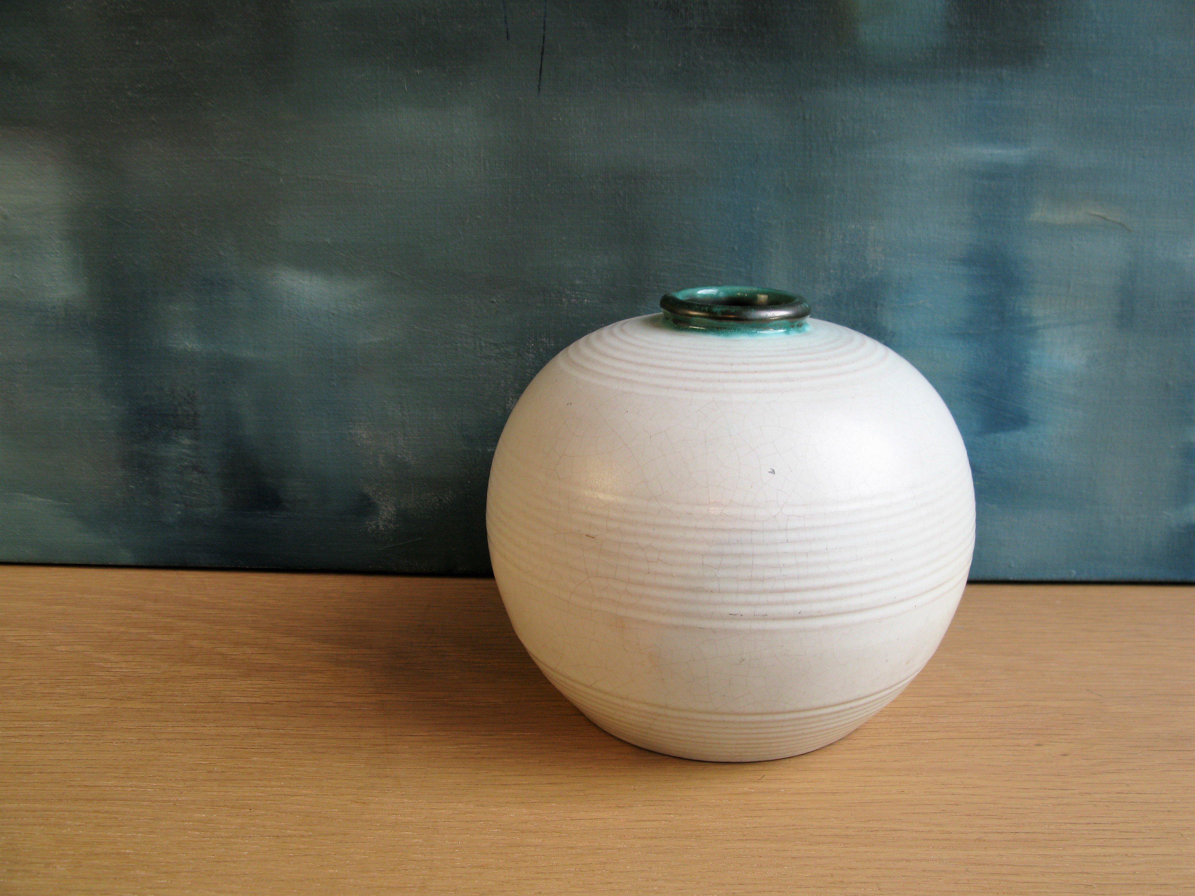 white/green vase 25
