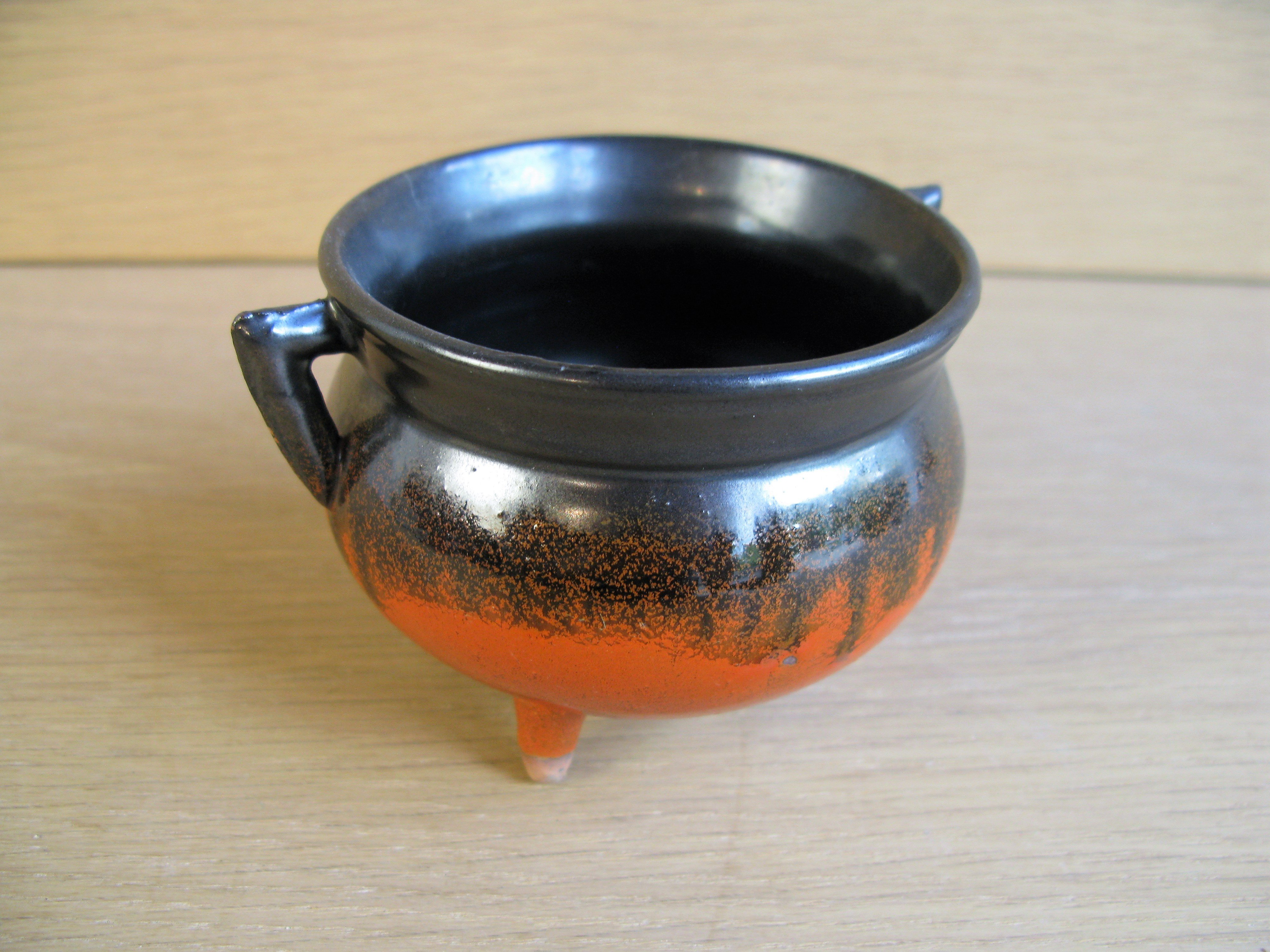 black/orange pot 1