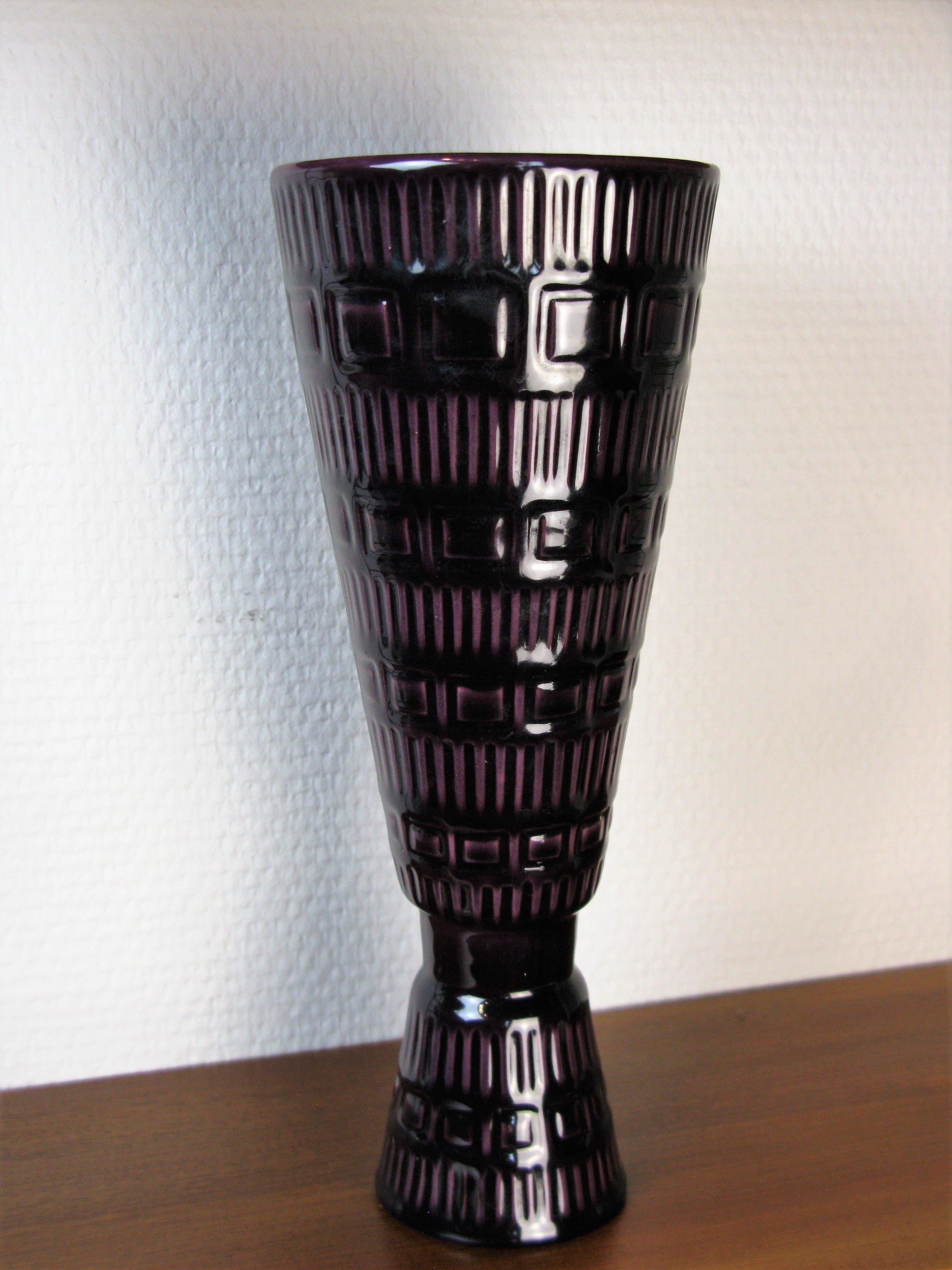 burgundy vase 809