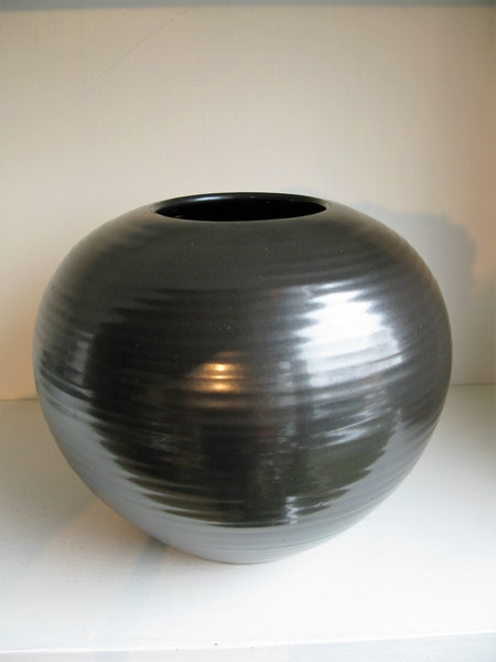 black vase 2635