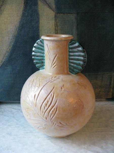 beige/green vase 79