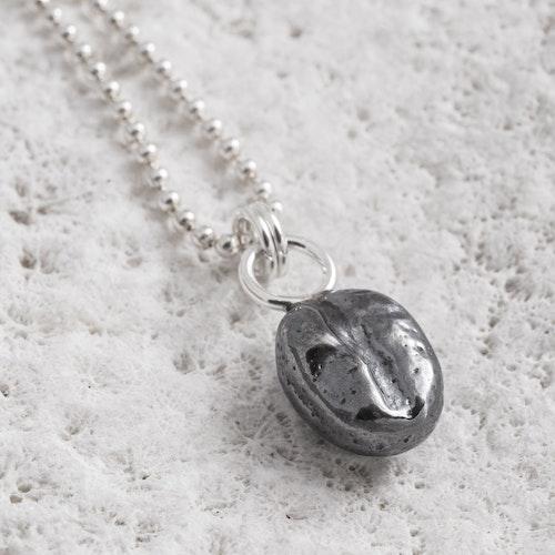 MADE BY LEENA - Kaffeböna, halssmycke i silver, oxiderad