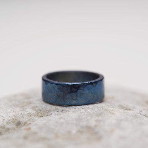 VRÅK DESIGN - Hamrad ring i titan, blå, bred