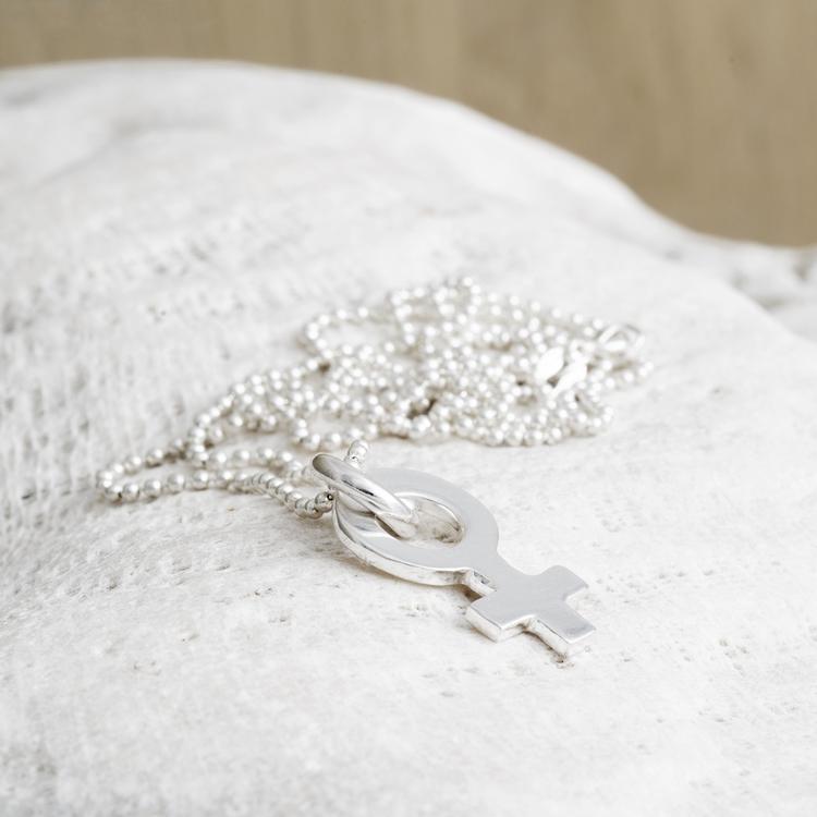 MADE BY LEENA - Kvinnosymbol, halssmycke i silver