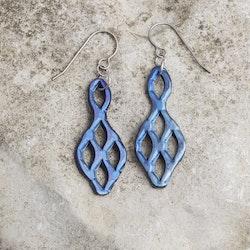 VRÅK DESIGN - Prisma, örhängen i titan, blå