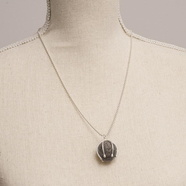 MADE BY LEENA - Ullboll, halssmycke i silver