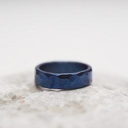VRÅK DESIGN - Hamrad ring i titan, blå, smal